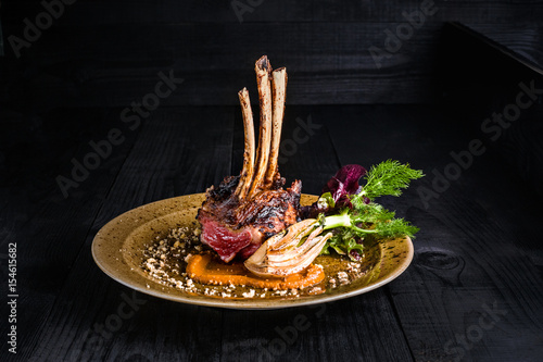 Papiers peints Plat cuisine Gourmet Main Entree Course Grilled rack of lamb