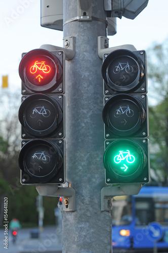 Fahrrad Ampel Gibt Signal Im Abendlichen Straßenverkehr Buy This