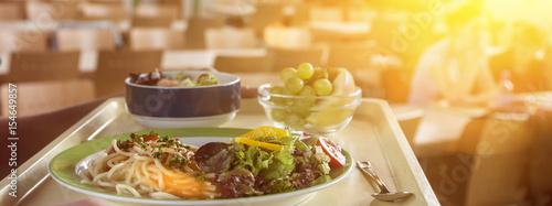 Banner Tablett mit essen in einer Mensa bzw. Kantine Fotobehang