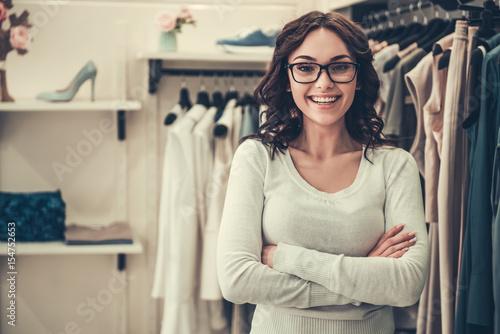Tableau sur Toile Attractive shop assistant