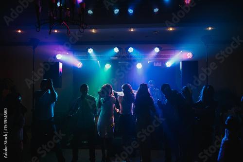 Obraz The guests dancing on the dancefloor - fototapety do salonu
