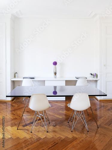 Salle à Manger Et Bureau Dans Un Bel Immeuble Hausmannien Avec Parquet En  Bois Et Mobilier