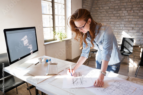 Photo Female designer in office working on architects project