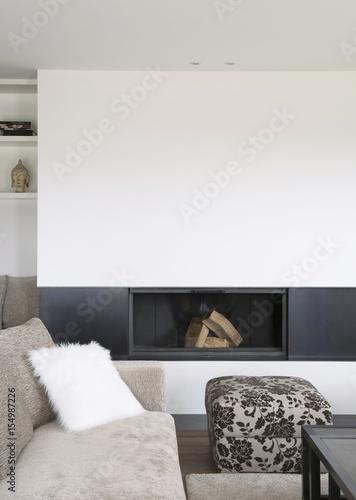 Salon moderne avec cheminée encastrée, canapé en tissu beige ...