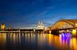 Nachtaufnahme von Köln am Rhein mit Hohenzollernbrücke