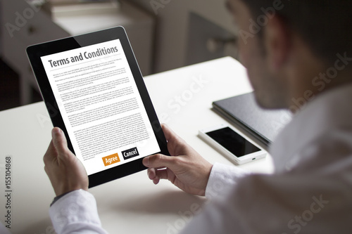 Fotografía  businessman reading terms and conditions with tablet pc