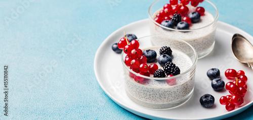 Plakat Budyń z nasion Chia, sernik, deser z kremem ze świeżych jagód w szklanej misce. Skopiuj miejsce