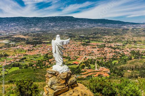 In de dag Zuid-Amerika land Mirador El Santo and his Jesus statue Villa de Leyva skyline cityscape Boyaca in Colombia South America