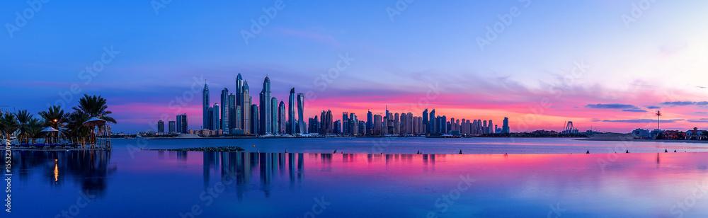 Fototapeta Stadtpanorama von Dubai bei Sonnenaufgang