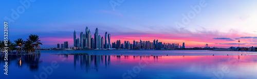 Tuinposter Dubai Stadtpanorama von Dubai bei Sonnenaufgang