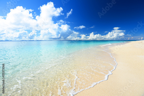 Deurstickers Strand 美しい沖縄のビーチと夏空