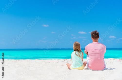 Photo Father and his adorable little daughter at tropical beach