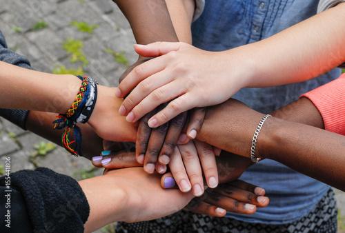 Foto  Gemischtrassige Jugendliche, die Hände in der Zusammenarbeit zusammenfügen