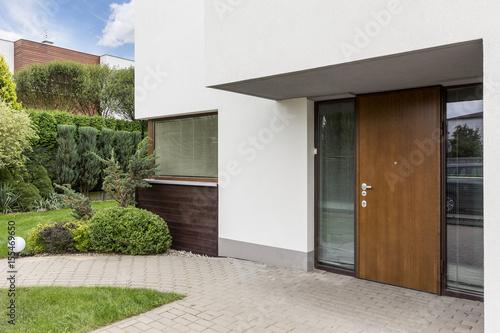 Fotografía  Wooden entrance door to modern house