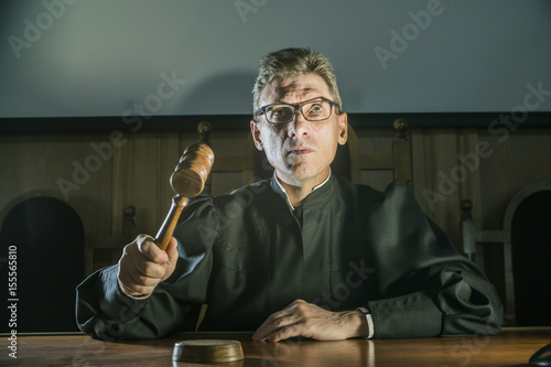 Photo  a judge with a hammer in his hand in the court room