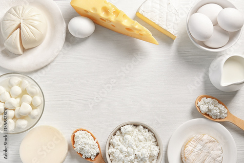 Montage in der Fensternische Milchprodukt Dairy products on table, top view