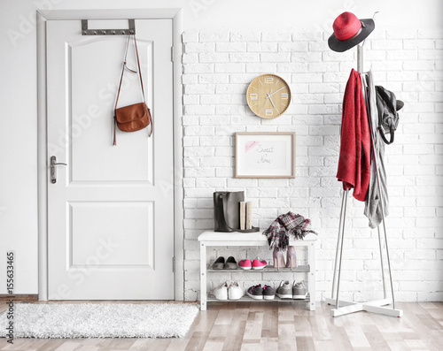 Foto Modern hall interior with hanging clothes
