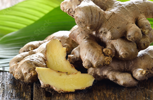 Fresh ginger root on wooden background Fototapet