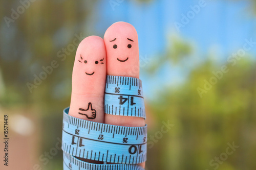 Fotografía  Fingers art of a Happy couple with tape measure