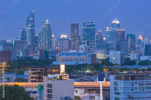 Fotografía  The beautiful scenery of tall buildings in the capital after sunset