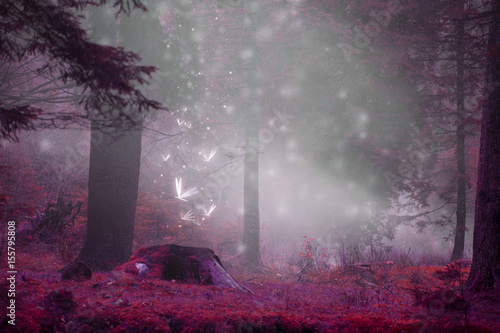 Photo Dreamy fairytale forest scene with magic fireflies, foggy surreal forest