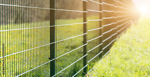 Láminas  Metal fence leaving in perspective with the sun