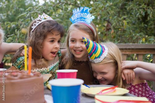 Fotografía  Girls at birthday party