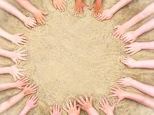 Kreis Aus Kinderhänden Im Sand