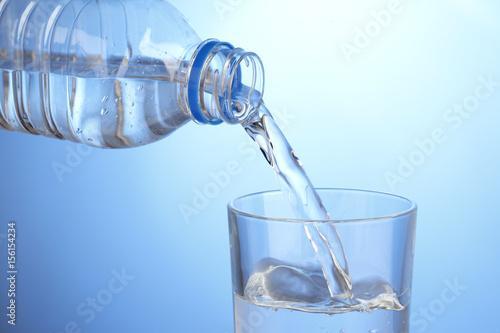Staande foto Water グラスに水を注ぐ