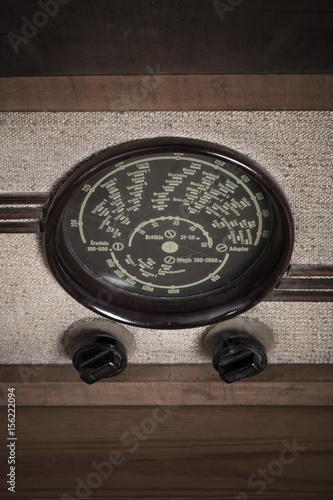 stare radio na stole