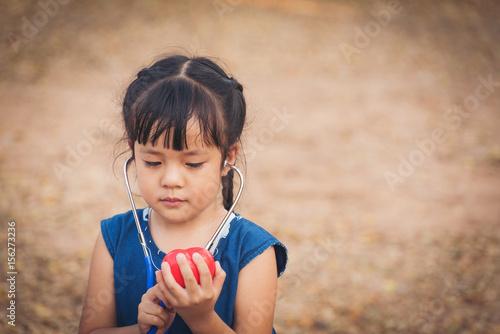 szczesliwa-dziewczyna-ze-stetoskopem-na-swiezym-powietrzu