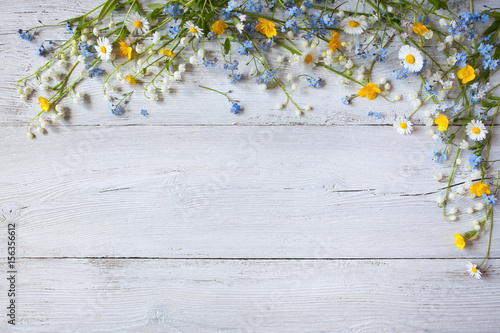 Foto op Canvas Madeliefjes Spring flowers of lilies of the valley, forget me not, daisies on a wooden background