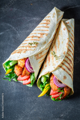 Fotografía Healthy grilled tortilla with chicken, tomatoes and lettuce