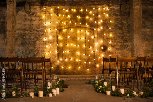 Fotografía  Wedding ceremony decorations in loft grunge surround