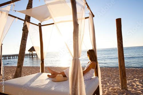 Fotografie, Obraz  femme se relaxant sur un lit en bambou sur la plage