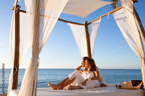 Fotografie, Obraz  couple sur un lit de plage se relaxant
