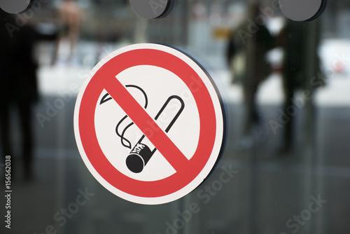Nichtraucherzeichen auf einer Glasscheibe als Hinweis für Verbot Wallpaper Mural