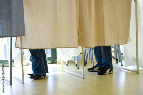 Valokuva  cabines et rideaux pour voter