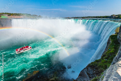 Fotografia Hornblower Boat Full of Tourists Under Rainbow Sprayed By Horseshoe Waterfall, N