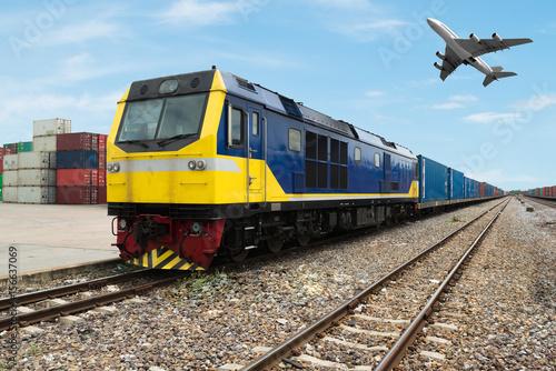 Plakat Platforma towarowa pociągu z pojemnikiem pociągu towarowego w magazynie zaimportować do importu, eksportu, logistyki tle. Koncepcja importu, eksportu, logistyki.