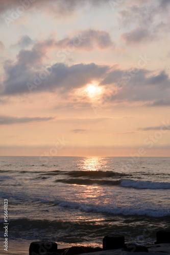 Poster Mer / Ocean Heavenly Summer Seashore Sunrise Over Rock Jetty on the Beach