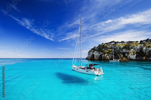 Poster Turquoise Beautiful bay with sailing boats, Menorca island, Spain