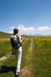 Donna fa trekking in montagna
