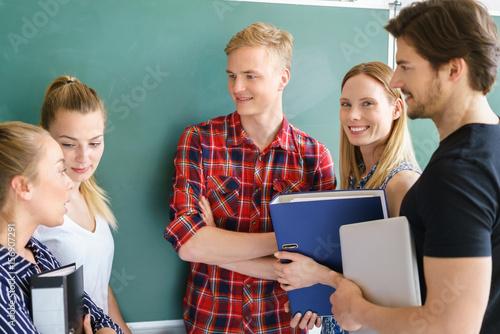 Photo studenten unterhalten sich vor der tafel