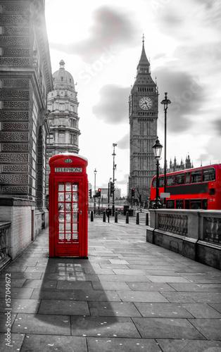 czerwony-autobus-i-budka-telefoniczna-przed