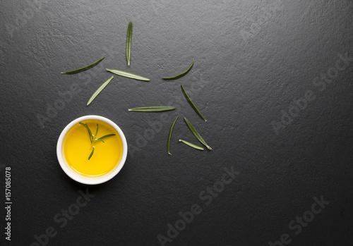 Fototapeta Rozmaryn i oliwa na czarnym kamiennym tle obraz