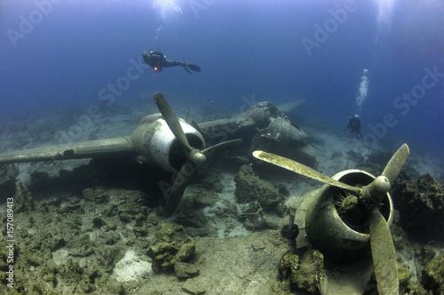 Diving on a airplane wreck Fototapeta