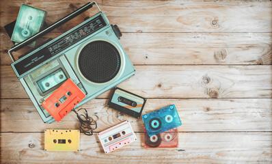 Nagłówek bohatera widok z góry - retro technologia muzyki radia magnetofon kasetowy z kasety retro taśmy na stół z drewna. Vintage style efektów kolorystycznych.