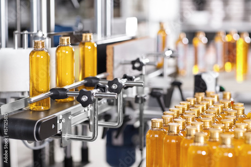 Fotografía  Production line of beauty and healthcare products at plant or factory