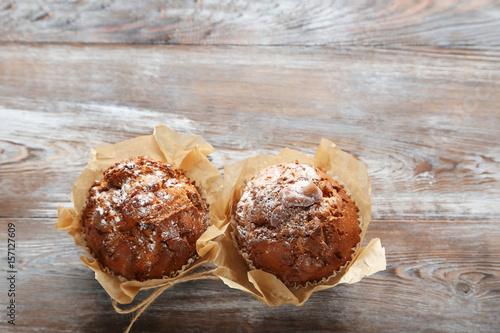 In de dag Bakkerij Tasty muffins on grey wooden table
